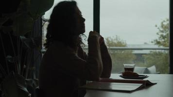 kvinnan pratar och läser tidningen vid frukostbordet video
