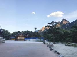 casa asiática del templo en el parque nacional de seoraksan. Corea del Sur foto