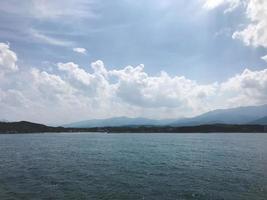 la hermosa vista a la costa montañosa de corea del sur desde el mar japonés foto