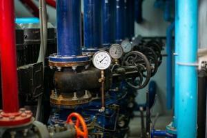 enfoque selectivo en el manómetro para medir la presión del sistema de tuberías de agua foto