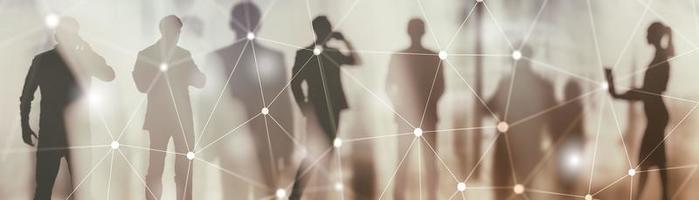 conexión de enlace de red global. siluetas de personas en el fondo de la ciudad moderna. foto