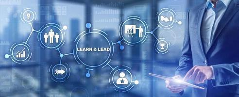 aprender y liderar. empresario presiona la mano en la inscripción de la pantalla virtual. foto