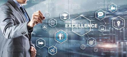concepto de excelencia. servicio de calidad. empresario presionando la pantalla virtual de excelencia foto