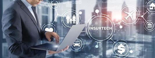 concepto de seguro de viaje de automóvil y hogar familiar en pantalla virtual foto