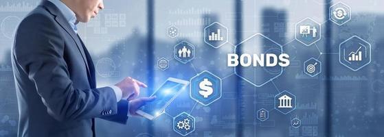 empresario hace clic en bonos de inscripción. concepto de tecnología bancaria de finanzas de bonos foto