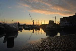 El puerto de Londres, Jersey, Reino Unido, tranquila noche de verano, marea alta foto