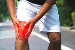hombre que tiene dolor de rodilla. foto