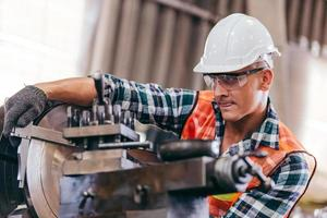 Ingeniero metalúrgico trabajando en la máquina de torno foto