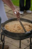 el proceso de cocinar pilaf. plato nacional de cocina oriental. foto