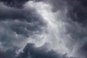 sombrías nubes grises en vísperas de una tormenta. foto