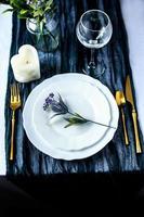 mantel de corredor de color con plato blanco y cubiertos foto