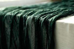 mantel rústico de algodón de gasa de color verde oscuro foto