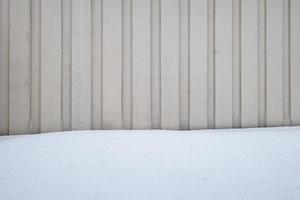 Pared de rayas de madera con cubiertas de nieve foto