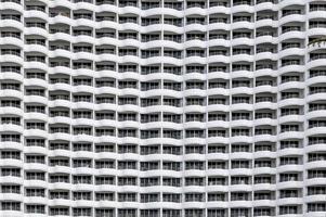 Fachada de edificio sin costuras, filas de hotel muchos balcones con forma curva foto