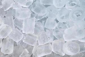 montón de cubitos de hielo en balde foto