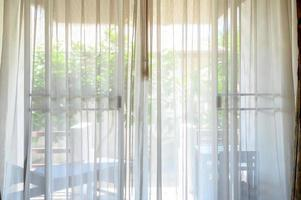 cortinas blancas por la mañana foto