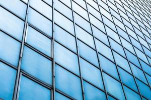 Ventanas de fachada de vidrio azul de rascacielos foto