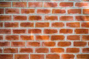 Bloque de ladrillos de color naranja en la pared de cemento foto