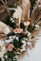 elegantes decoraciones de boda hechas de flores naturales y elementos verdes foto