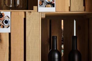 Botellas de vino vacías en una caja de madera. foto