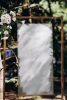 Marco de saludo para los invitados a la ceremonia de la boda y el banquete. foto