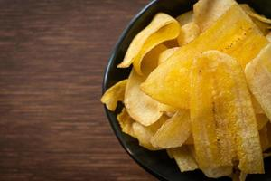 chips de plátano - plátano en rodajas frito o al horno foto