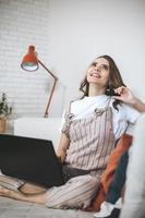 mujer joven milenaria de compras online en casa. foto