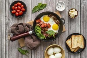 delicioso arreglo de comida para el desayuno foto