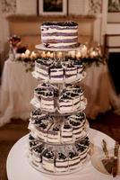 bizcocho de boda festivo con glaseado blanco foto