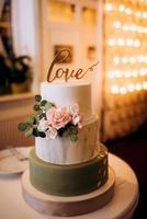 pastel de bodas en la boda de los recién casados foto