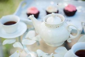 té bebiendo té negro con tazas de porcelana y una tetera foto