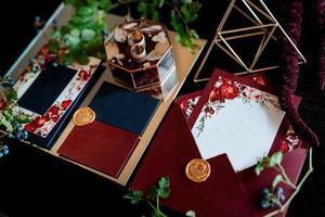 anillos de boda de oro con decoración de boda foto