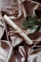 anillos de boda con decoración de boda foto