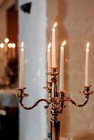 decoración de velas atmosférica con fuego vivo en la mesa del banquete foto