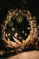 área de ceremonia de boda, decoración de sillas de arco foto