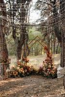Área de ceremonia de boda con flores secas en un prado foto