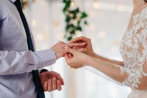 anillos de bodas de oro como atributo de la boda de una pareja joven foto