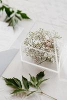 anillos de boda con una decoración de boda gris foto
