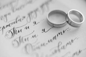 anillos de boda de oro foto