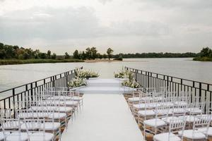 área para la ceremonia de la boda, en un muelle de piedra foto