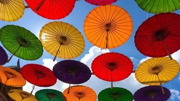 sombrillas de colores colgadas sobre la calle foto
