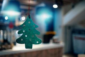 árbol de fieltro verde navideño con círculos tallados. foto