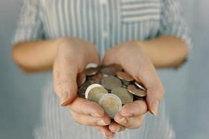 monedas en manos de la mujer. foto