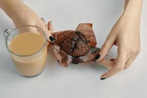 desayuno de la mañana en la mesa blanca. foto