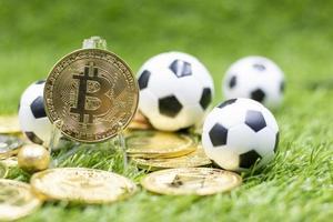 Balón de fútbol con bitcoin por concepto de apuestas foto