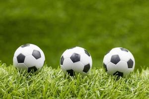 Balón de fútbol sobre fondo de hierba verde foto