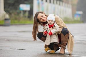 retrato al aire libre de una madre con su bebé. madre e hija en un parque de otoño foto