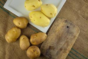 preparación de patatas para cocinar comida sana. foto