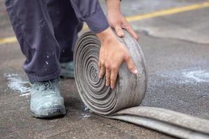 Los bomberos con uniforme de bombero deben mantener su equipo después de su uso. foto