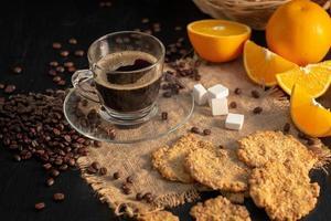 desayuno recién hecho con café caliente, jugo de naranja y galletas foto